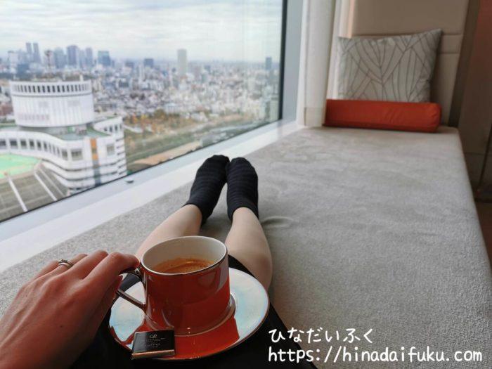 ザ・プリンスギャラリー東京紀尾井町ソファでコーヒー